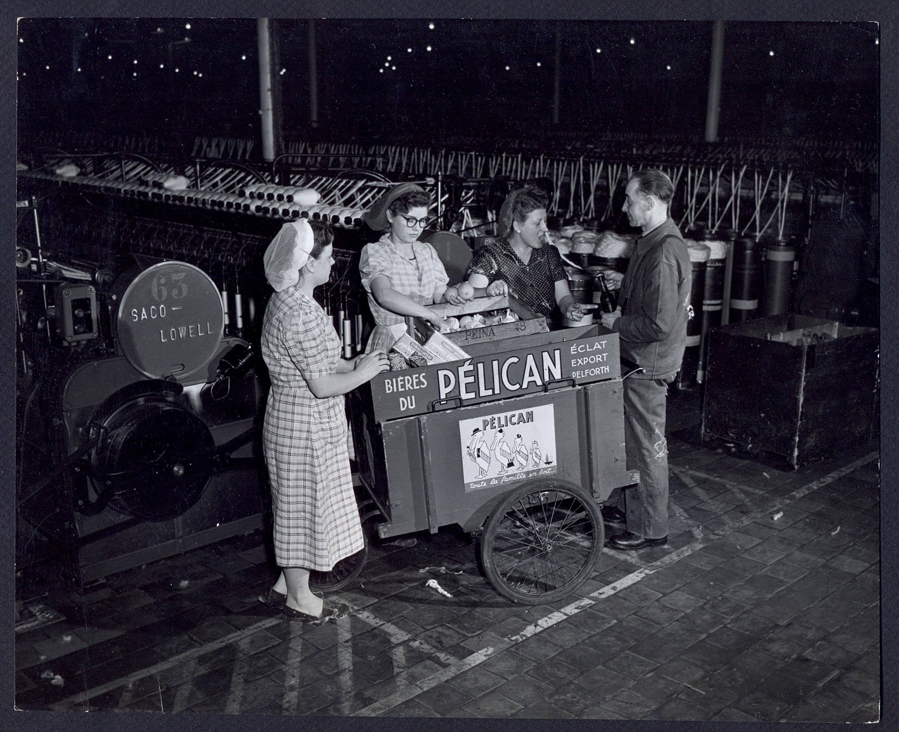 Ouvrières se fournissant auprès d'un triporteur durant leur pause : tirage photographique, Lille (Nord), vers 1955.
