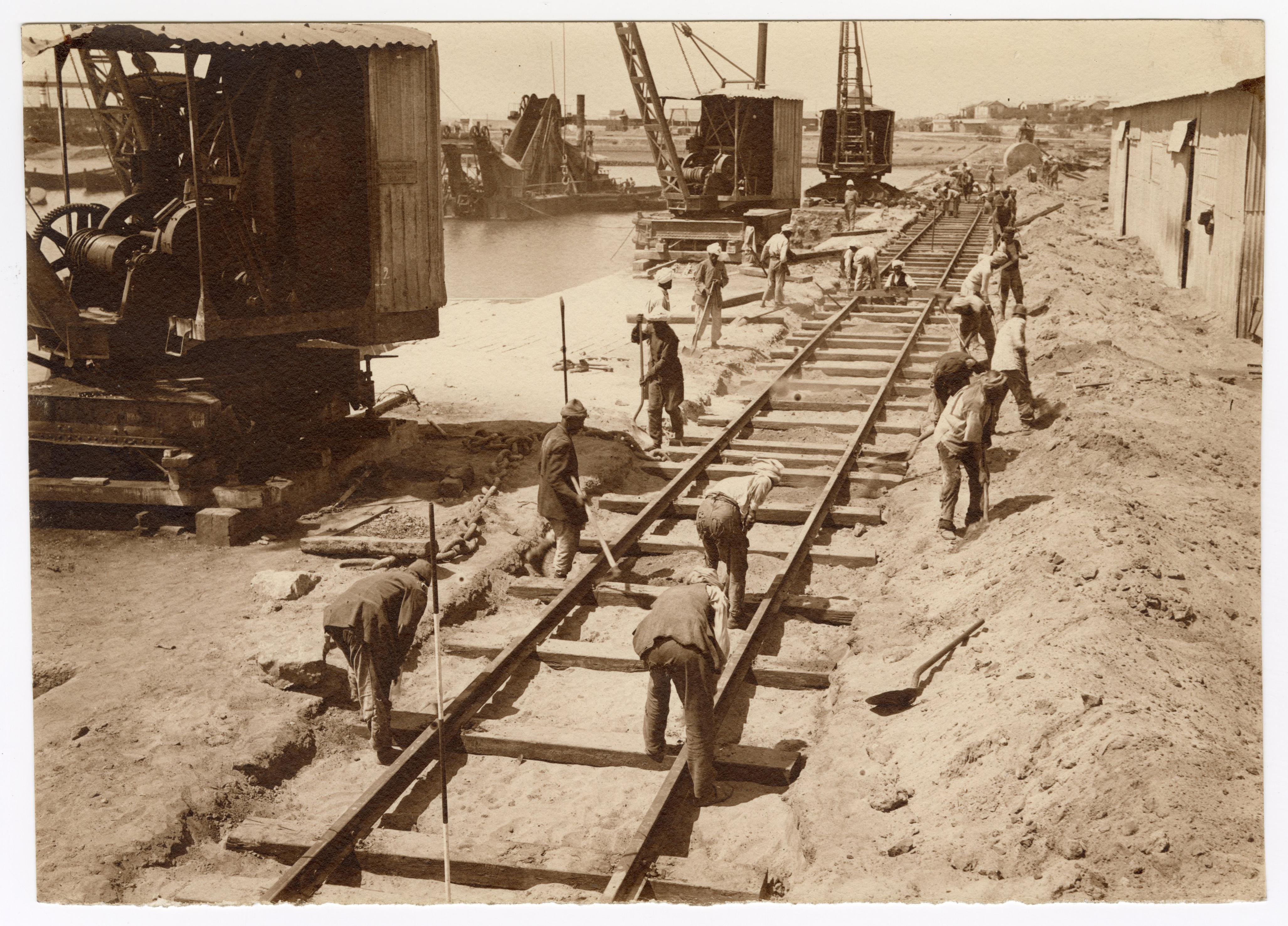 Constructeurs de voies ferrées lors de l'aménagement du port de Fedhala (Maroc) : tirage photographique, 1923.