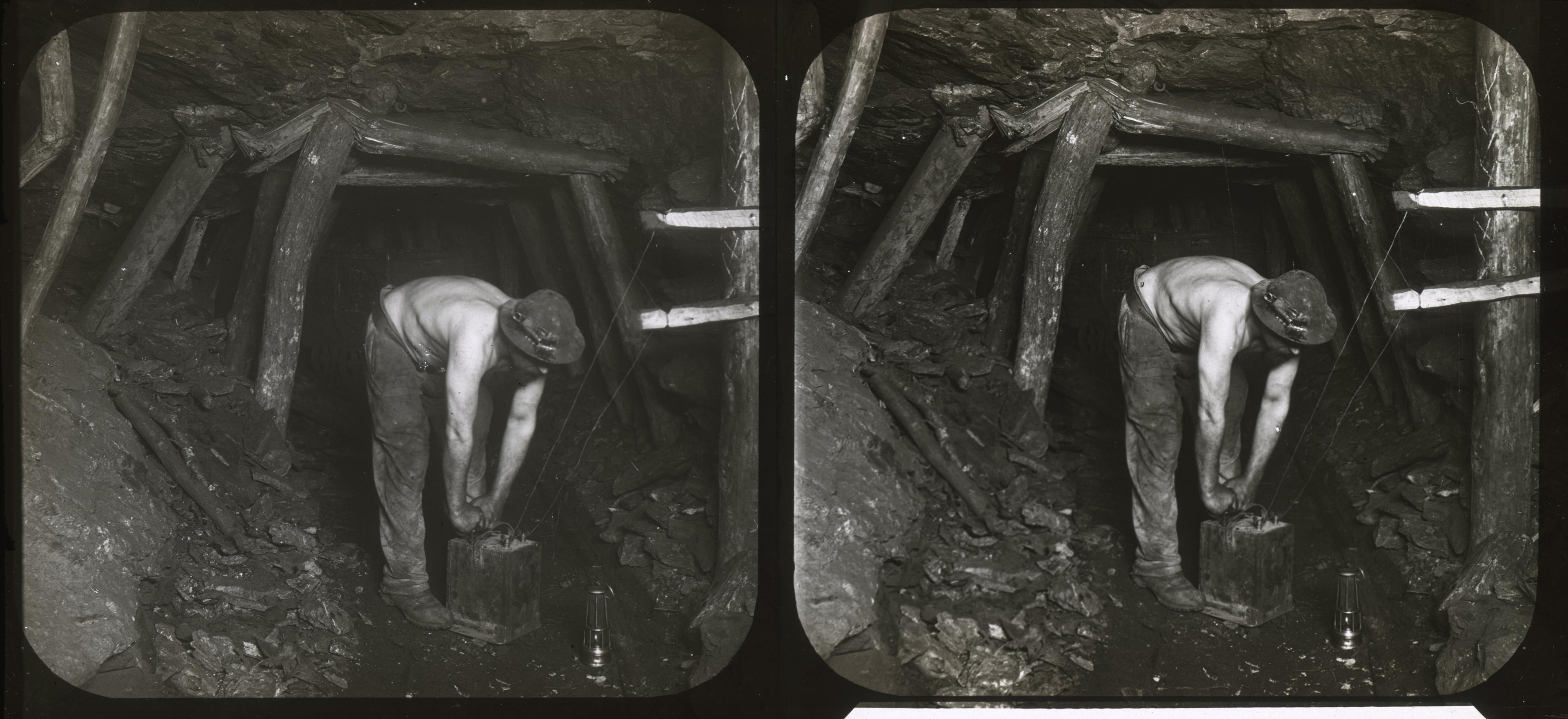 Mineur de fond transportant une caisse de dynamite : négatif sur plaque de verre, Lens (Pas-de-Calais), fin XIXe - début XXe siècles.
