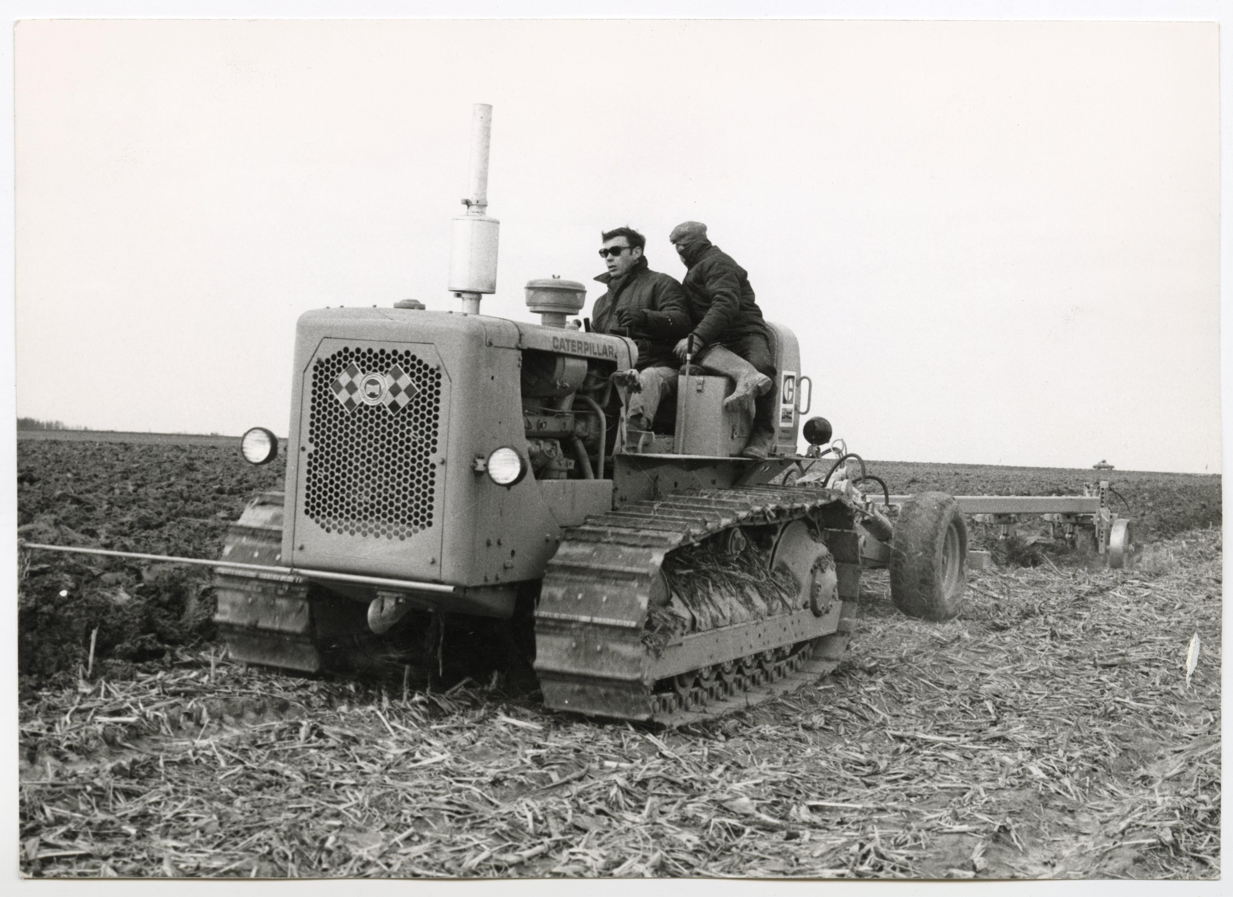 Agriculteurs labourant un champ : tirage photographique, lieu inconnus, années 1950.