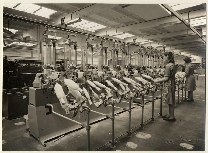 Ouvrières de l'atelier de bobinage de la manufacture Normant : tirage photographique, Romorantin (Loir-et-Cher), 1966.