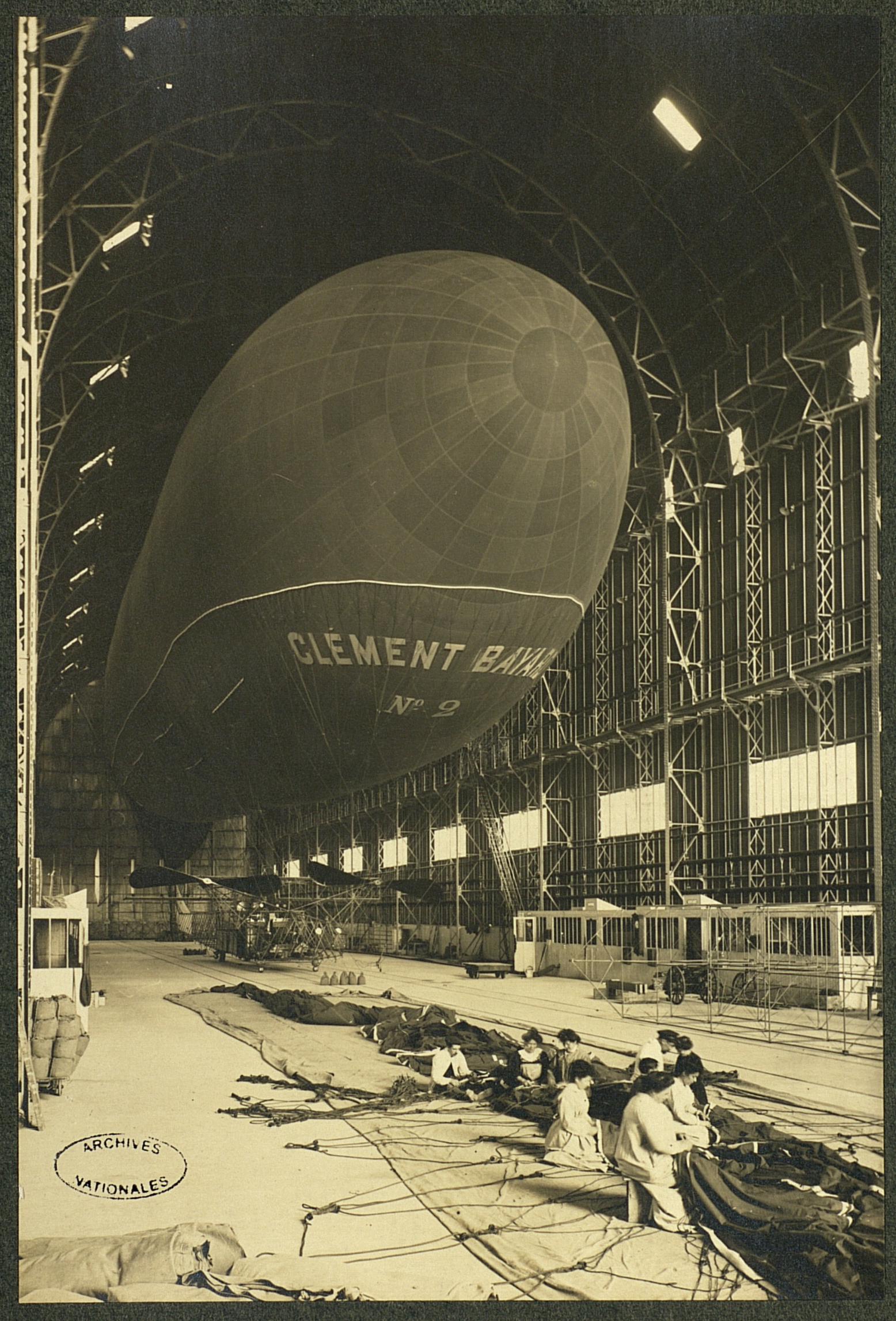 Vue d'un dirigeable Clément-Bayard en entrepôt et de couseurs et couseuses travaillant sur une toile.