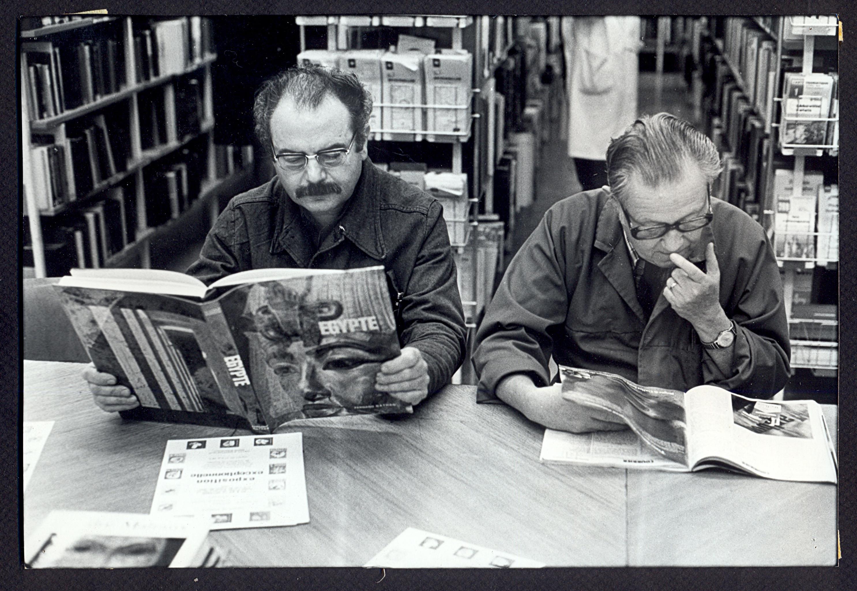 Lecteurs de la bibliothèque du comité d'entreprise de Renault : tirage photographique, Boulogne-Billancourt (Hauts-de-Seine), sans date.