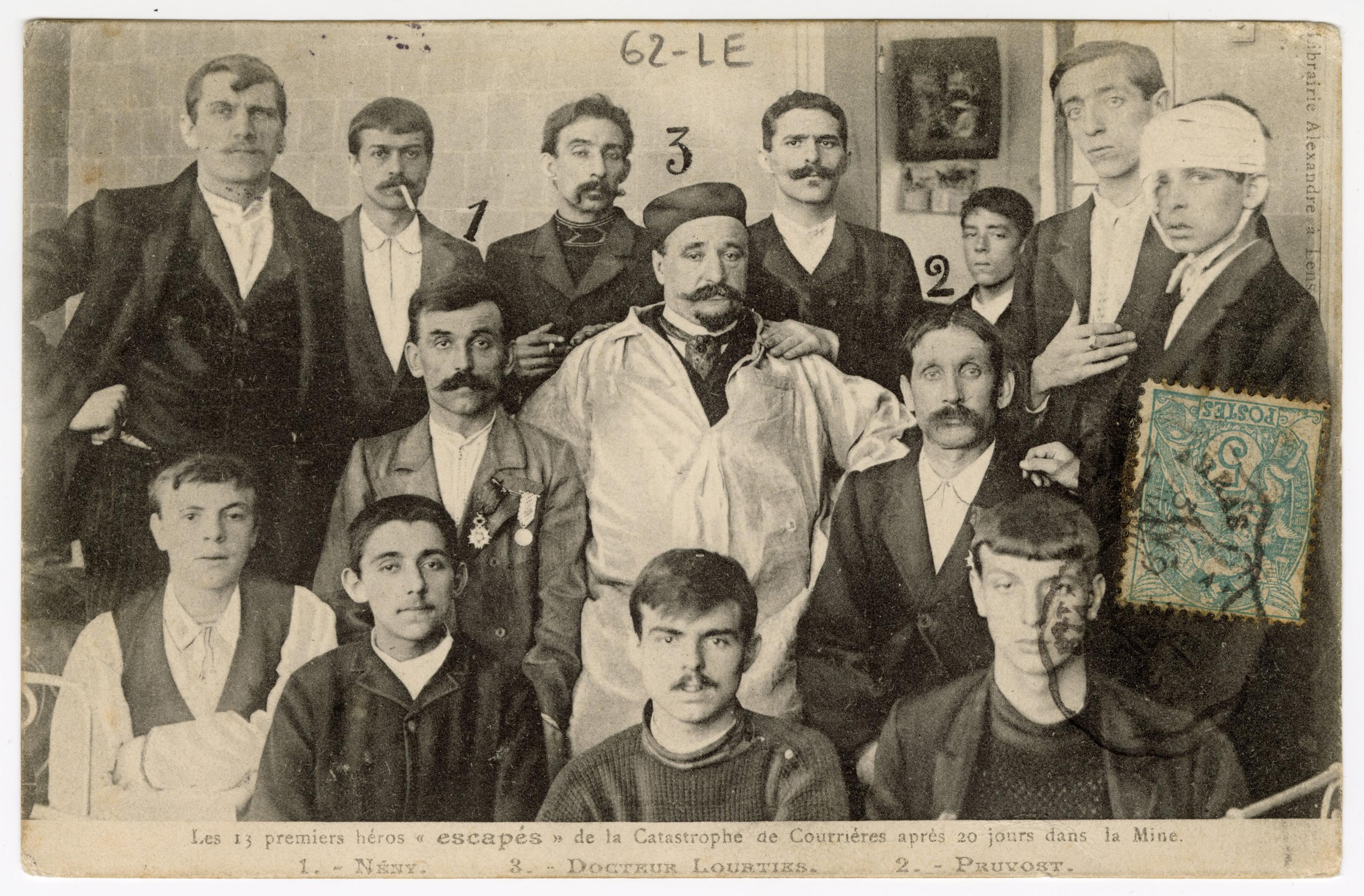 Portrait de groupe des survivants de la catastrophe de Courrières entourant leur médecin.