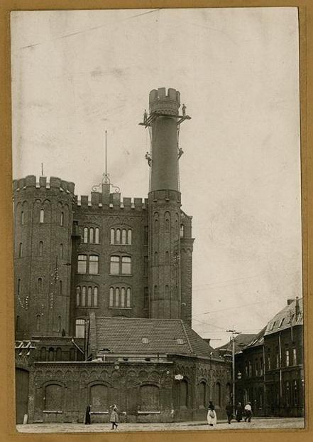 Photographie de la tour et de la cheminée à l'entrée de la filature.