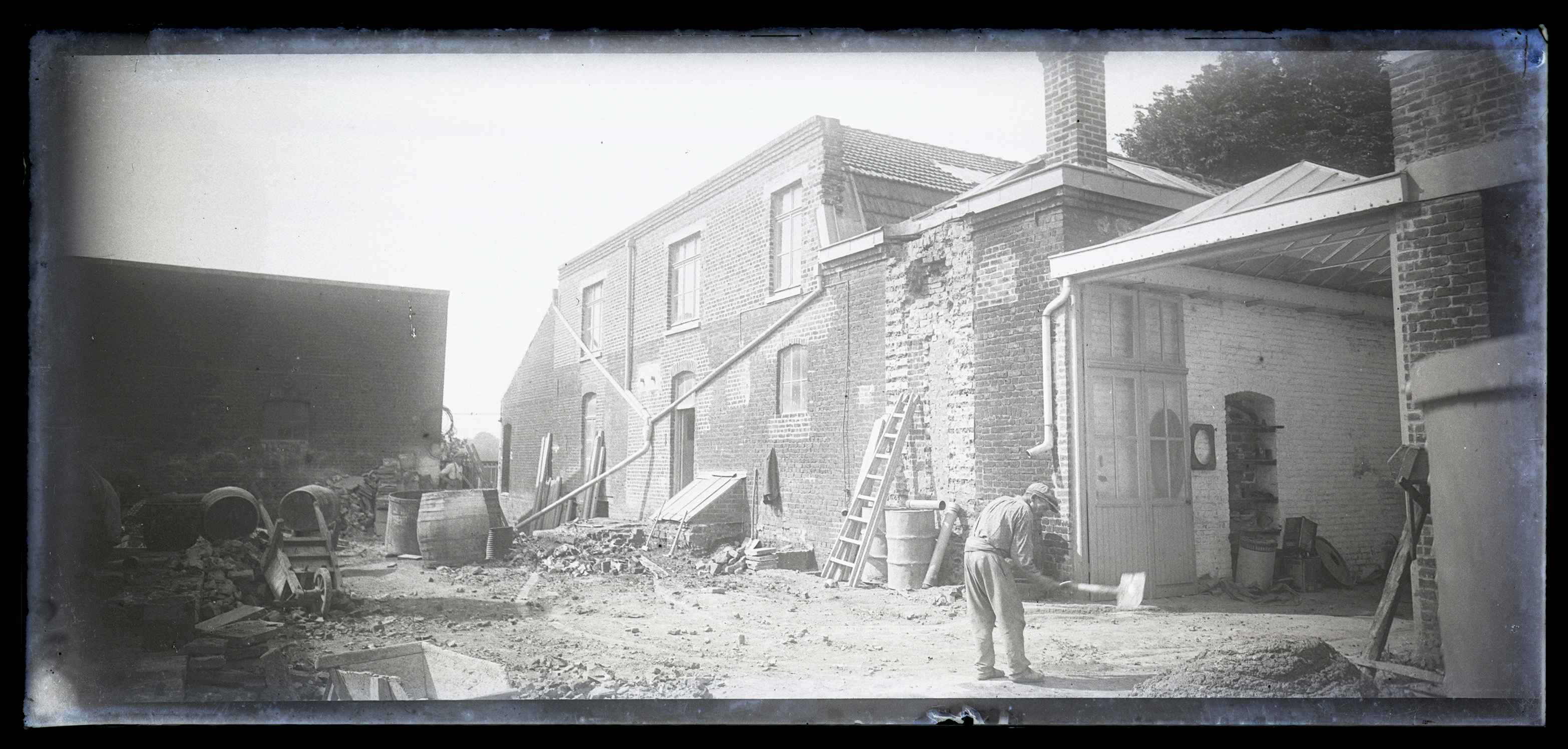 Ouvrier devant son usine : négatif sur plaque de verre, Thumesnil (Nord), années 1920.