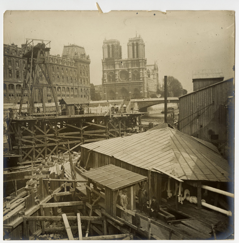 Vue du chantier de creusement du métro parisien.