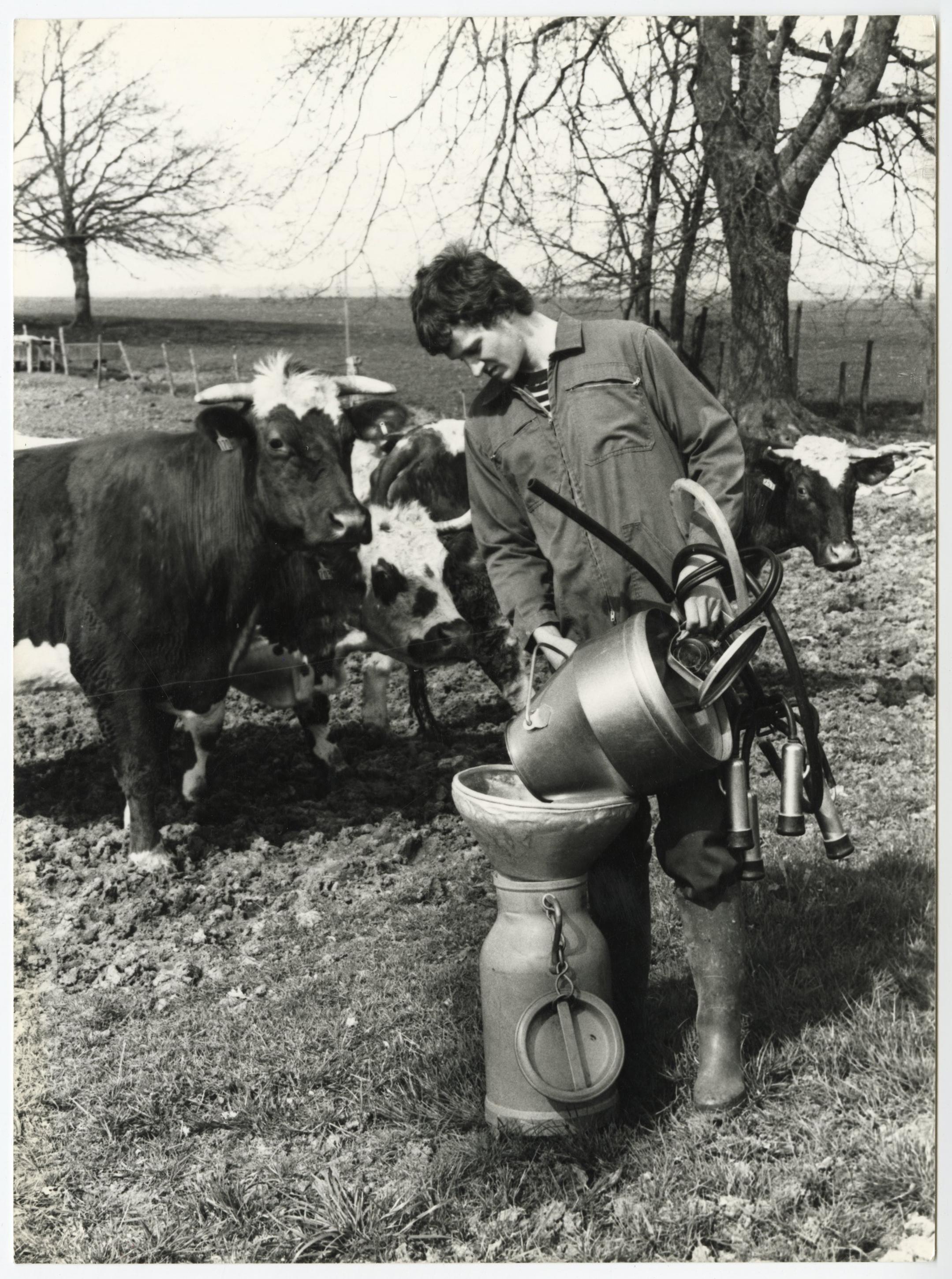Agriculteur transvasant du lait après la traite de ses vaches : tirage photographique, date & lieu inconnu.