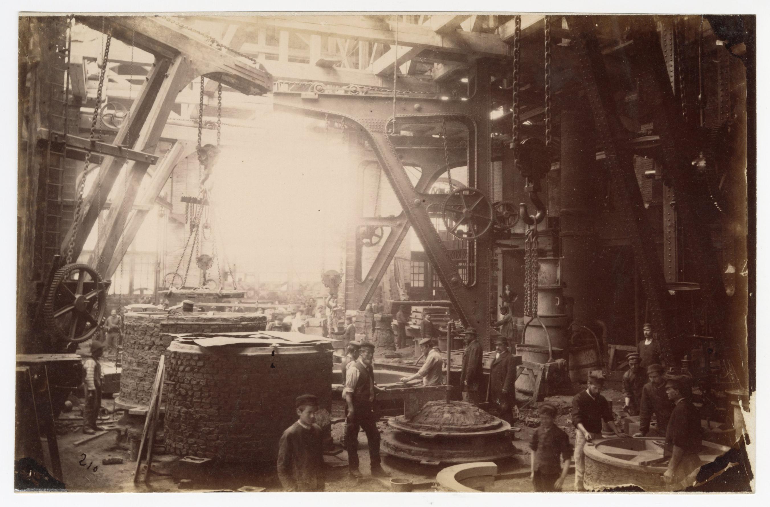 Ouvriers d'un atelier de construction des aciéries Schneider : tirage photographique, Le Creusot (Saône-et-Loire), sans date.