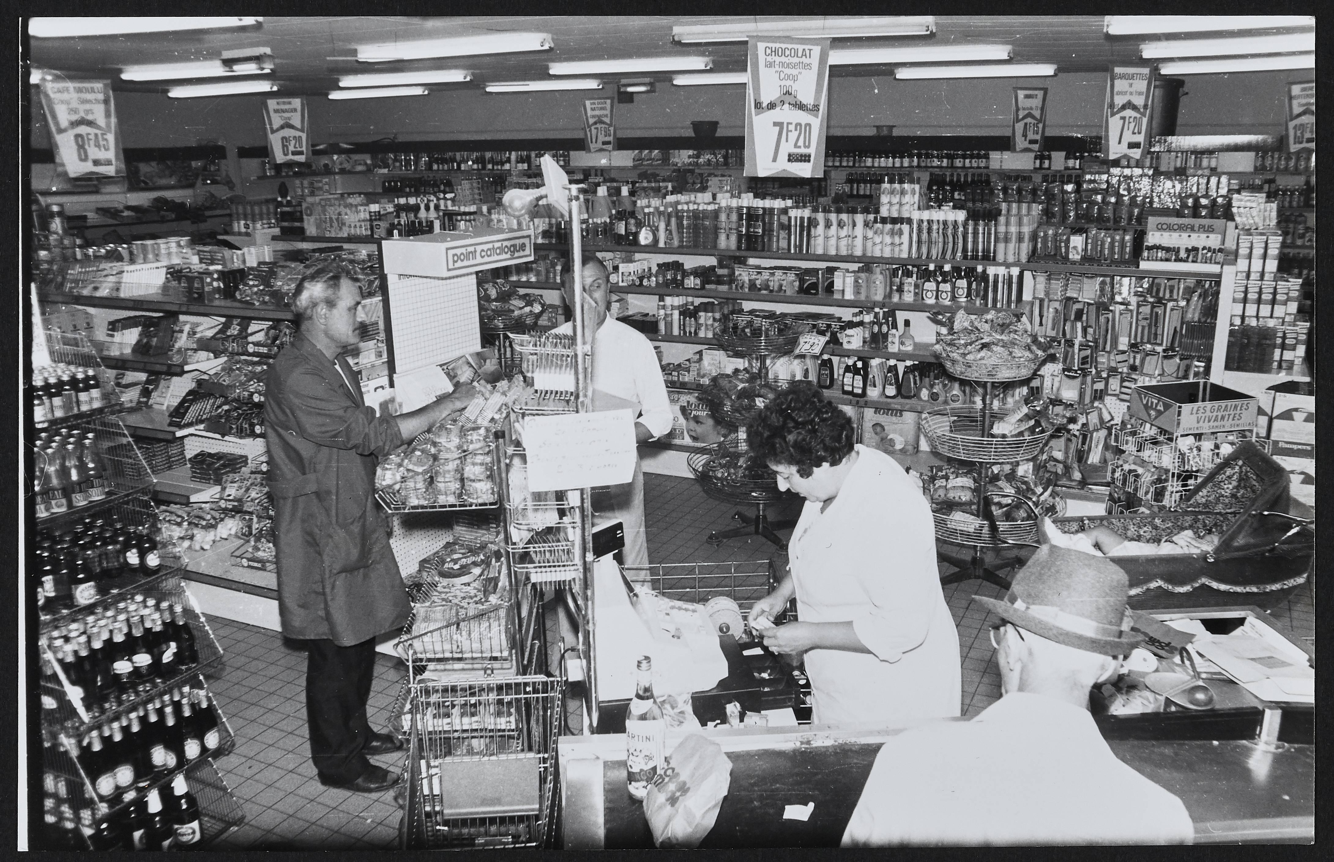 Clients, employés et rayons d'une coopérative minière : tirage photographique, Hulluch (Pas-de-Calais), 1982.
