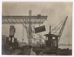 Photographie d'ouvriers indochinois et contremaîtres sur le chantier de construction d'un quai sur la rive droite de la rivière de Saigon, 1907-1910 : bétonnières et emploi du gravillon.