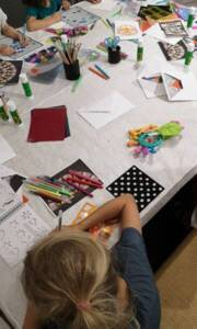 ¨Photographie d'un atelier autour de l'art du vitrail organisé pour le jeune public à l'occasion des Journées européennes du patrimoine (2019).
