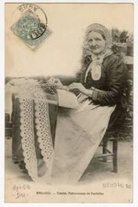 Carte postale d'une dentellière à l'ouvrage (1904).