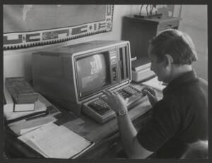 Agriculteur utilisant un minitel : photographie, [années 1990].