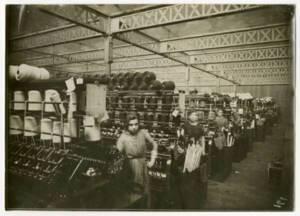 Ouvrières de la filature Cavrois-Mahieu (Roubaix, Nord) travaillant sur des bancs de broches (sans date).