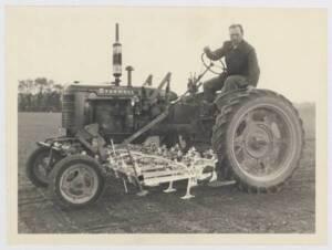 Tracteur de la marque Mac Cormick-Farmall : photographie (sans date).