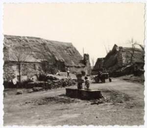 Puits d'eau dans un corps de ferme : photographie, s.d.