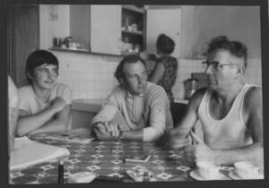 Famille d'agriculteurs dans sa cuisine : photographie, sans date.