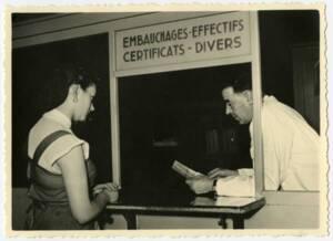 """Une femme interroge le guichet """"Embauche, effectifs, certificats, divers"""" de son entreprise."""