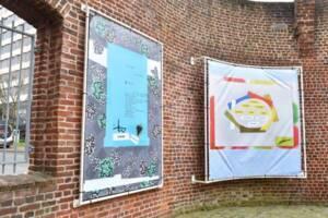 """Photographie de l'exposition """"Plus tard, je parlerai 5 langues"""" sur le parvis des ANMT, 2021."""