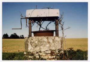 Puits dans un champs : photographie, s.d.