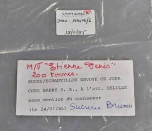 Sachet d'échantillon de sucre envoyé à un client dans le cadre du règlement d'une transaction, 1985.