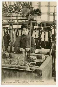 Portrait d'une fileuse de vers à soie sous format carte postale (vers 1910).