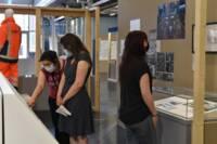 """Photographie d'une visite guidée de l'exposition """"Les gens du rail"""", 2021."""