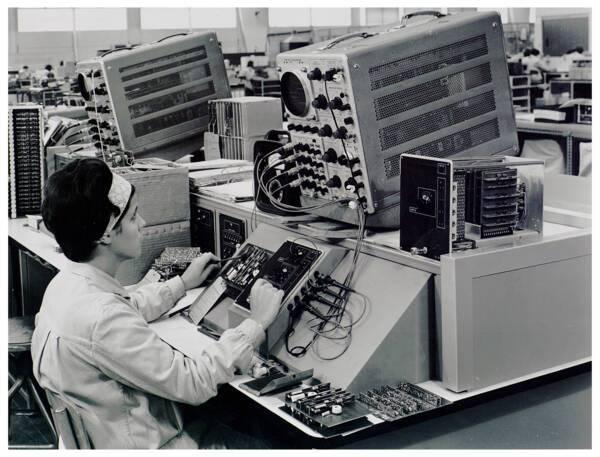 Une employée de Bull travaillant sur des connecteurs, années 1960.