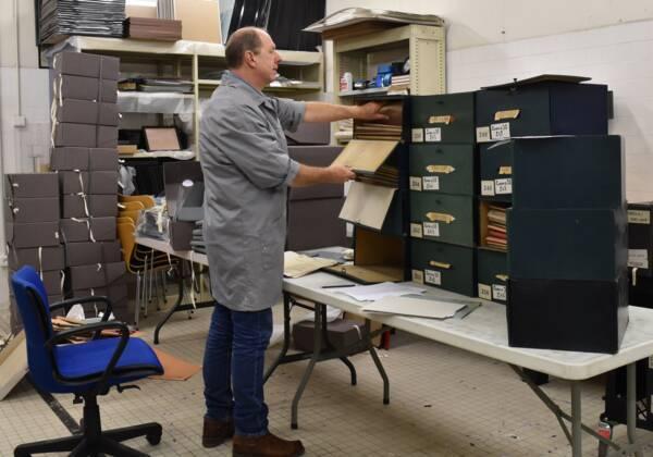 Un archiviste en plein classement.